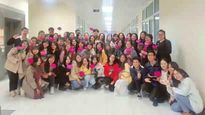Trải nghiệm làm hoa mẫu đơn và kẹo hồ lô của sinh viên Học viện Ngoại giao