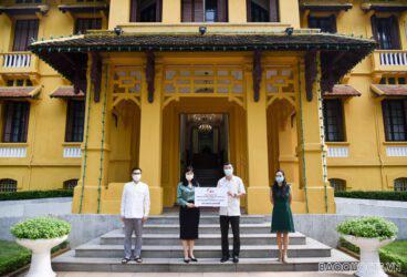 Trung tâm Biên-phiên dịch Quốc gia trao đóng góp cho Chương trình Học bổng Khuyến học Nguyễn Cơ Thạch