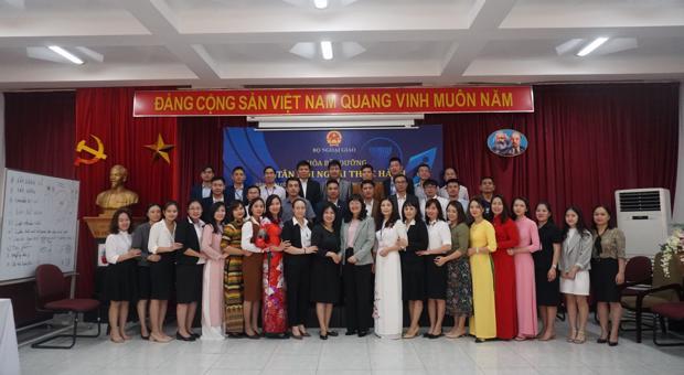 Khóa Bồi dưỡng Lễ tân đối ngoại thực hành dành cho CCVC làm công tác HNQT các tỉnh, thành khu vực miền Bắc và miền Trung